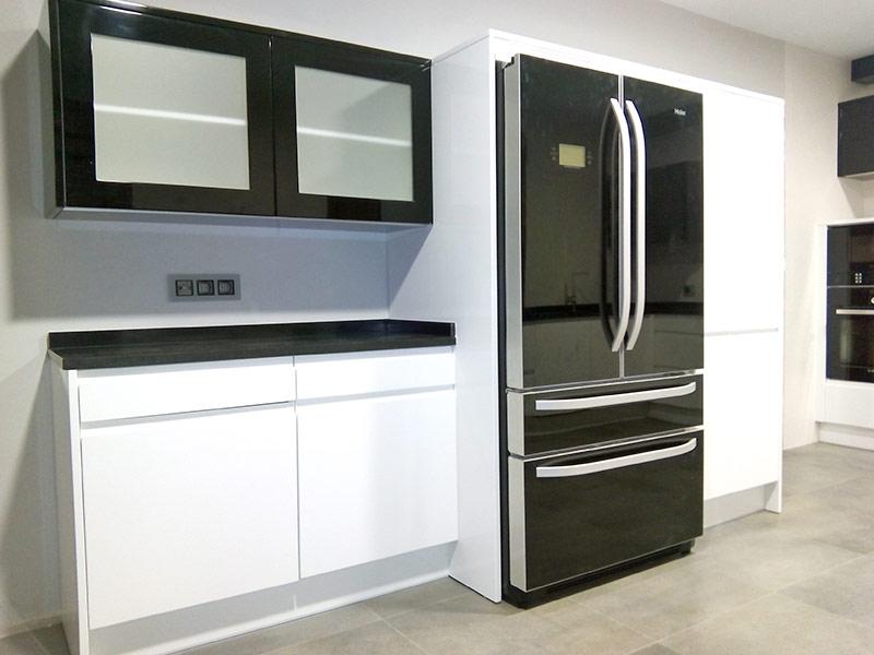 Trabajos de montaje de muebles de cocina y ba o en madrid for Muebles para farmacia
